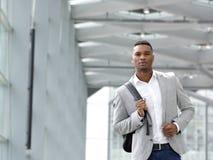 Homem novo atrativo que anda com saco Imagens de Stock Royalty Free