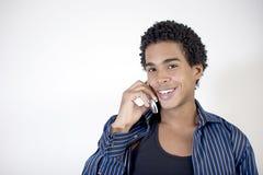 Homem novo atrativo que fala em um telefone de pilha Fotos de Stock Royalty Free