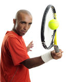 Homem novo atrativo que joga o retrato do tênis Fotografia de Stock