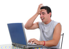 Homem novo atrativo que trabalha no computador portátil Fotografia de Stock Royalty Free