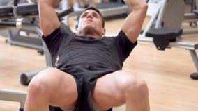 Homem novo atrativo que usa a bola do exerc?cio em um gym Homem novo atrativo que exercita o Abs video estoque