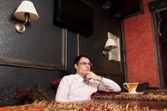 Homem novo bem sucedido no interior luxuoso imagem de stock royalty free