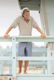 Homem novo brincalhão na praia fotografia de stock royalty free