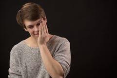 Homem novo cansado que fricciona os olhos sonolentos Fotografia de Stock Royalty Free