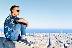 Homem novo com Barcelona, Espanha, abaixo dele Fotografia de Stock Royalty Free