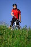 Homem novo com bicicleta Fotografia de Stock