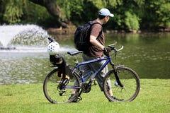 Homem novo com bicicleta Fotos de Stock