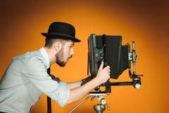 Homem novo com câmera retro imagens de stock royalty free