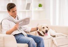 Homem novo com cão fotografia de stock