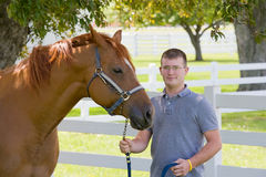 Homem novo com cavalo fotografia de stock royalty free