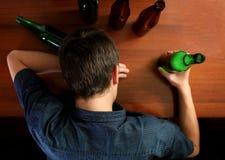 Homem novo com a cerveja fotos de stock