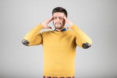 Homem novo com dor de cabeça imagem de stock royalty free