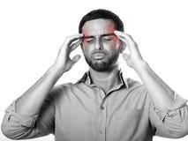Homem novo com dor de cabeça e enxaqueca de sofrimento da barba na expressão da dor imagens de stock royalty free