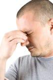 Homem novo com a dor de cabeça isolada no branco Imagens de Stock