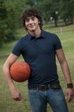 Homem novo com esfera da cesta Foto de Stock Royalty Free