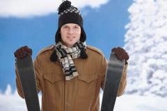 Homem novo com esquis Fotos de Stock Royalty Free