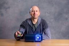 Homem novo com filme do relógio do projektor o bom Foto de Stock Royalty Free