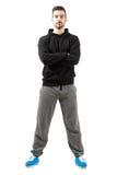 Homem novo com mãos dobradas no sportswear fotografia de stock