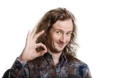 Homem novo com o cabelo longo, mostrando ESTÁ BEM imagens de stock