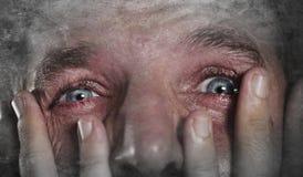 Homem novo com o grito expressivo dos olhos desesperado no desespero do medo e do sentimento do horror e na tristeza de sentiment foto de stock