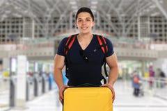 Homem novo com o traveli do curso do voo do saco do aeroporto da bagagem da bagagem fotografia de stock royalty free