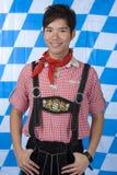 Homem novo com Oktoberfest bávaro Lederhose Foto de Stock Royalty Free