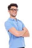 Homem novo com os braços cruzados Fotografia de Stock
