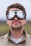 Homem novo com os óculos de proteção do aviador do steampunk Fotos de Stock Royalty Free