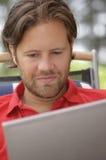 Homem novo com portátil Foto de Stock