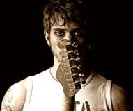 Homem novo com a rocha de punk do grunge do retrato da guitarra fotografia de stock royalty free