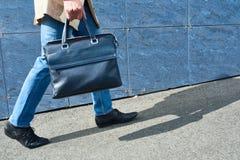 Homem novo com saco de couro imagem de stock