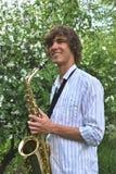 Homem novo com saxofone Fotos de Stock