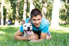 Homem novo com seu cão Fotografia de Stock Royalty Free