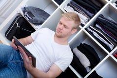 Homem novo com seu vestuário Foto de Stock
