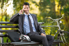 Homem novo com sua bicicleta Foto de Stock Royalty Free