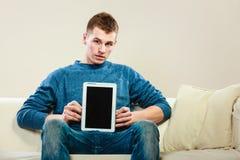 Homem novo com a tabuleta que mostra o espaço da cópia Fotos de Stock