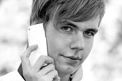 Homem novo com telefone móvel Fotos de Stock Royalty Free