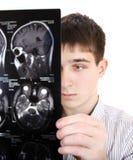 Homem novo com tomografia Fotografia de Stock Royalty Free