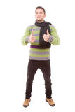 Homem novo com tumbs de panos do inverno acima Fotos de Stock