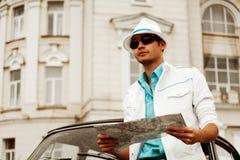 Homem novo com um mapa. Foto de Stock