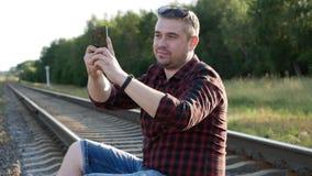 Homem novo com um telefone celular! video estoque