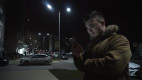 Homem novo com um telefone video estoque