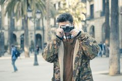 Homem novo com uma câmera Imagens de Stock Royalty Free