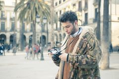 Homem novo com uma câmera Fotos de Stock Royalty Free