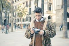 Homem novo com uma câmera Fotografia de Stock Royalty Free