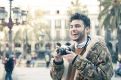 Homem novo com uma câmera Imagens de Stock