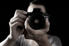 Homem novo com uma câmera de reflexo Imagem de Stock Royalty Free