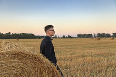 Homem novo com vidros no campo Foto de Stock Royalty Free