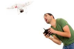 Homem novo com zangão do quadcopter Fotografia de Stock