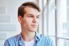 Homem novo como o pensamento do estudante Fotos de Stock